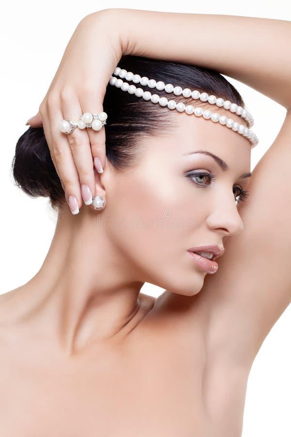 Härlig flicka med pärlor royaltyfri foto