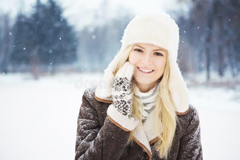 Härlig flicka med perfekt hud som poserar i parkera arkivfoton