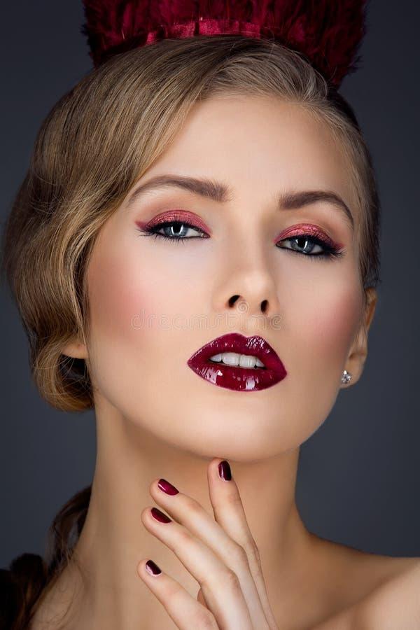 Härlig flicka med röd makeup arkivfoton