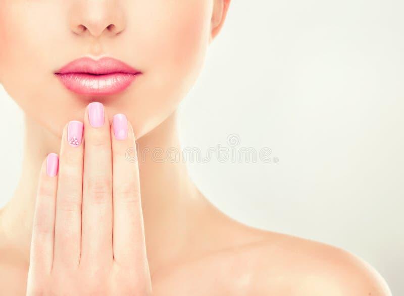 Härlig flicka med rosa manikyr fotografering för bildbyråer