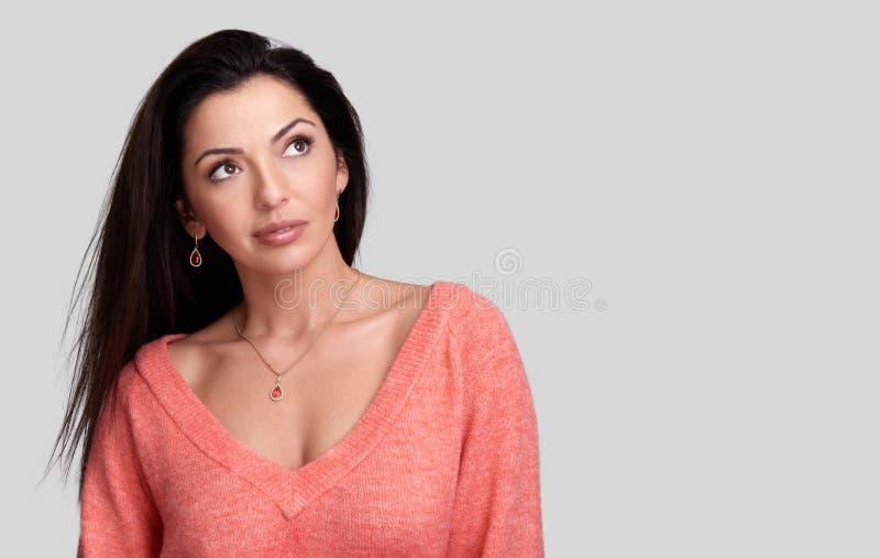 Härlig flicka med smycken som ser upp royaltyfri bild
