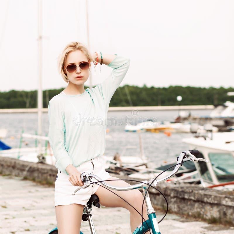 Härlig flicka med stadscykeln på havspir fotografering för bildbyråer