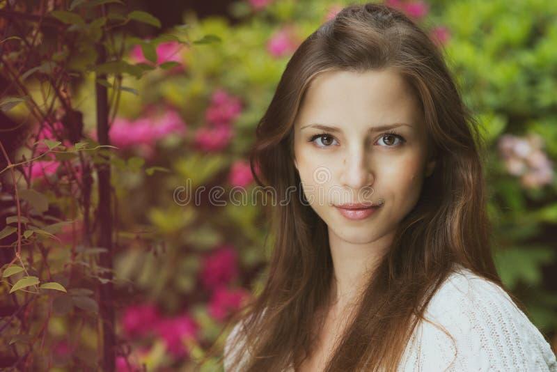 Härlig flicka med utomhus- mörkt hår arkivfoton
