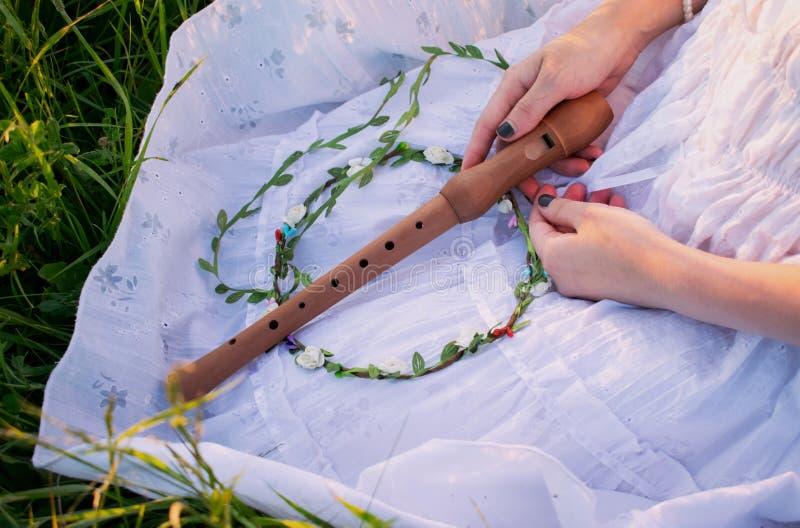 Härlig flicka Mori med en flöjt i hennes hand arkivfoton