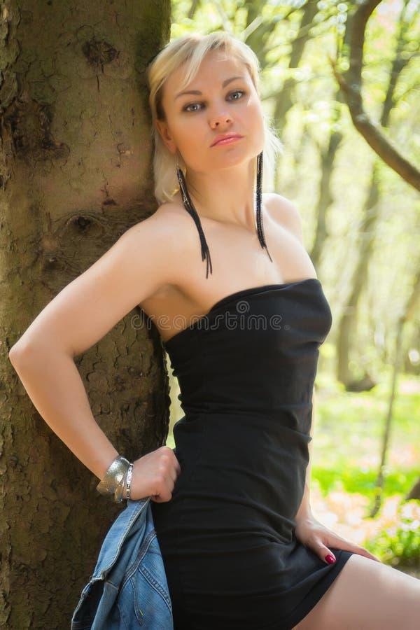 Härlig flicka på en gå bland vegetationen arkivfoton