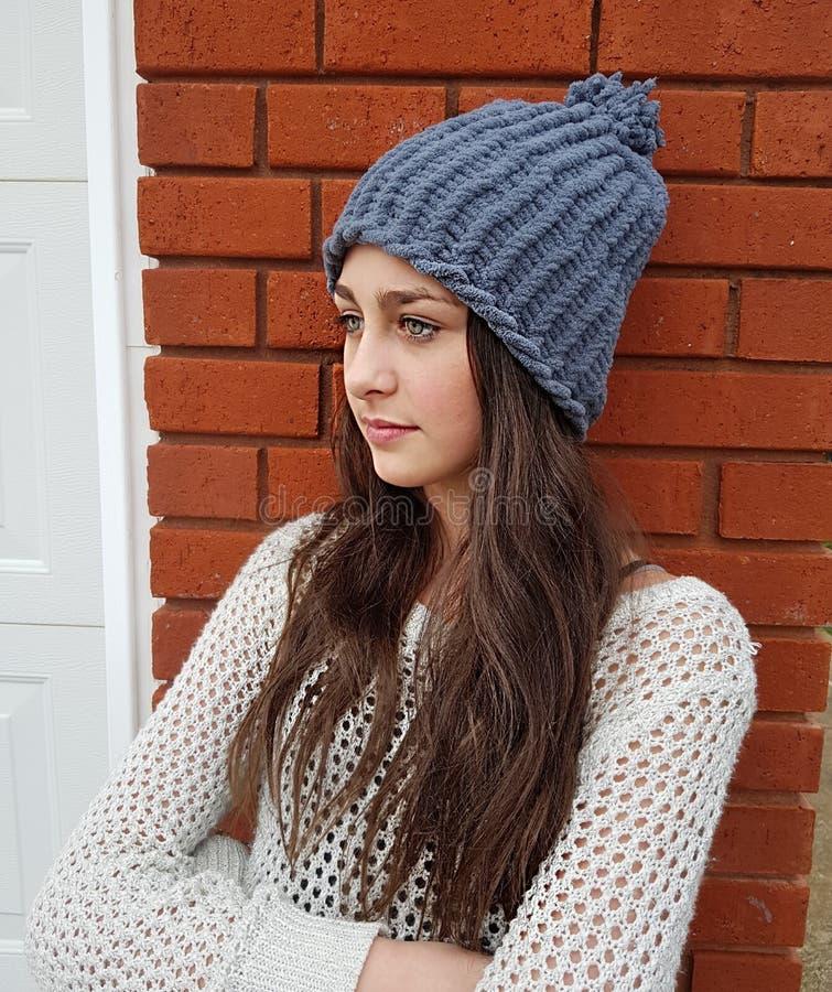 Härlig flicka på en kall dag, i djup tanke royaltyfria foton