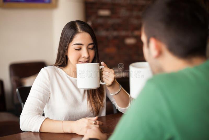Härlig flicka på ett datum på coffee shop arkivfoto