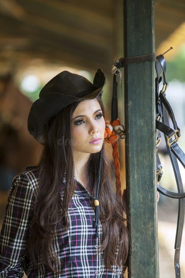 Härlig flicka på hästranchen royaltyfri fotografi