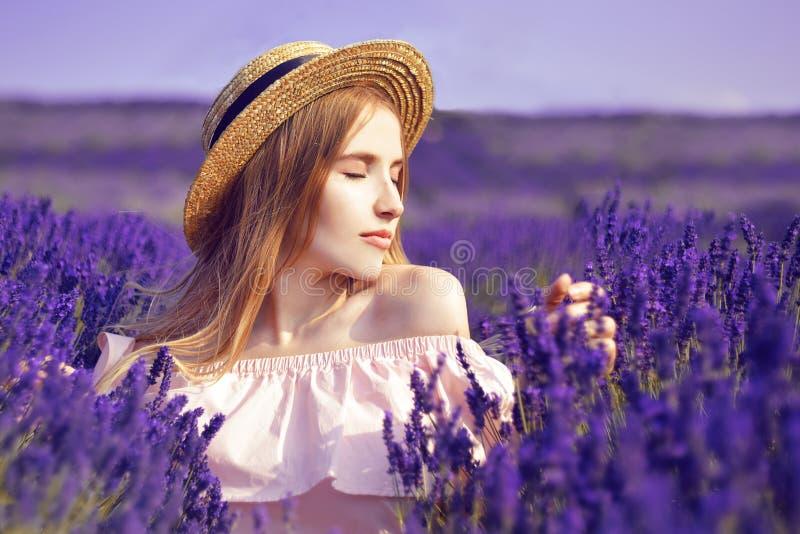Härlig flicka på lavendelfältet Härlig kvinna i lavendelfältet på solnedgång slapp fokus france provence En flicka i stift royaltyfri bild