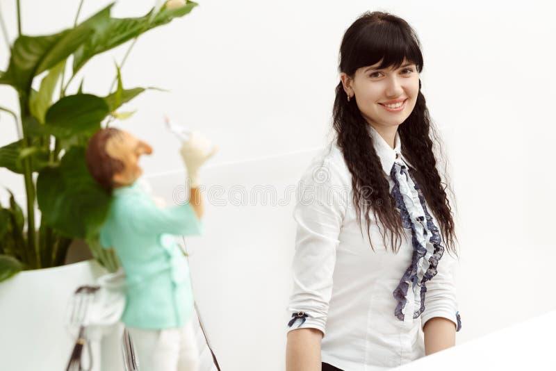 Härlig flicka på mottagandet fotografering för bildbyråer