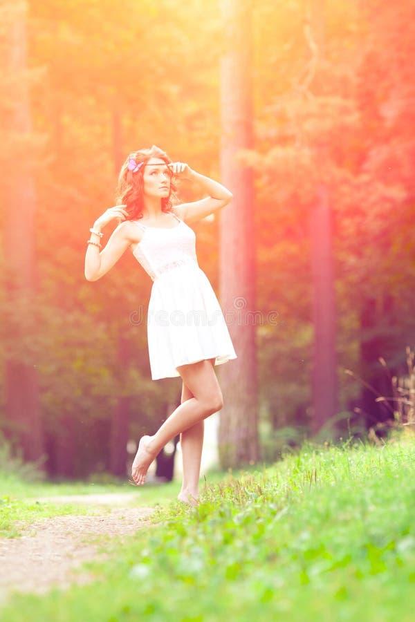 Härlig flicka på naturen härligt för flicka barn utomhus Tyck om H arkivbild