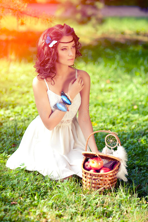 Härlig flicka på picknick på naturen Utomhus- härlig ung flicka arkivfoto