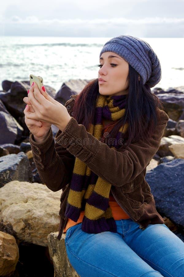 Härlig flicka som överför kyssen som tar bilden av henne arkivfoton