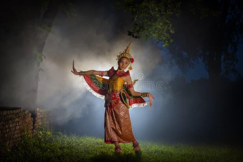 Härlig flicka som bär en klänning för den Manohra dansshowen Manoh arkivfoto
