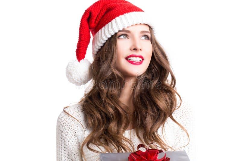 Härlig flicka som bär Santa Claus kläder med jul arkivfoton