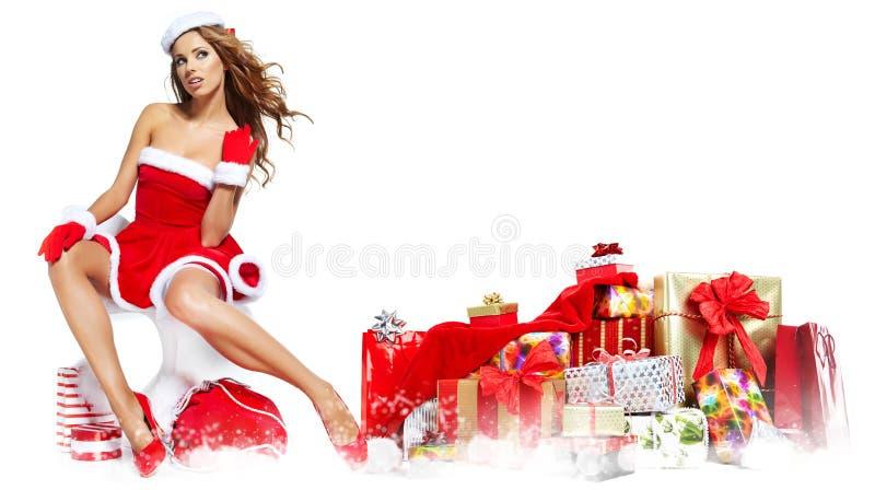 Härlig flicka som bär Santa Claus kläder med julG arkivbilder
