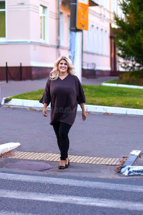 Härlig flicka som går på en övergångsställe royaltyfri fotografi