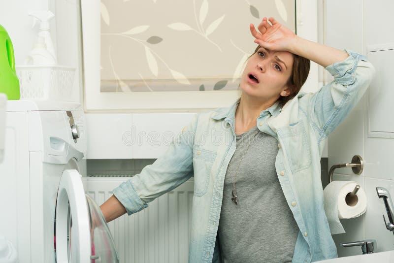 Härlig flicka som gör tvätterit arkivfoton