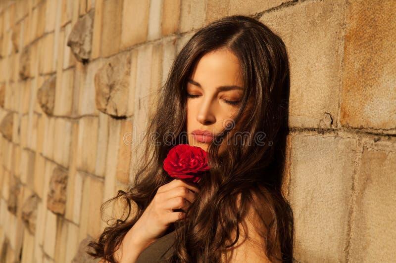 Härlig flicka som kyssas av solen arkivfoto