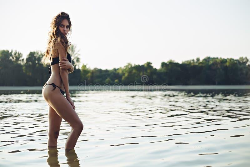 Härlig flicka som poserar i vatten arkivbilder
