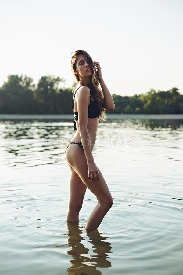 Härlig flicka som poserar i vatten royaltyfri fotografi
