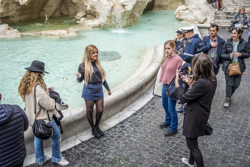 Härlig flicka som poserar nära Trevi-springbrunnen, Rome, Italien arkivfoton