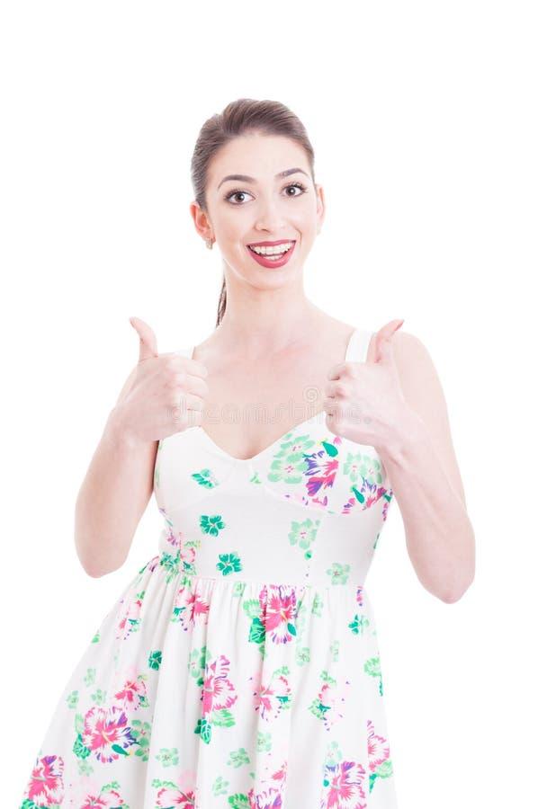 Härlig flicka som poserar och visar som gest med båda händer royaltyfria bilder