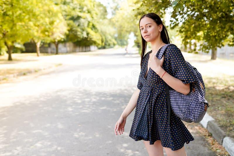 Härlig flicka som reser i Europa Bild för livsstil för frihets-, lopp- och semestervägturbegrepp, kopieringsutrymme fotografering för bildbyråer