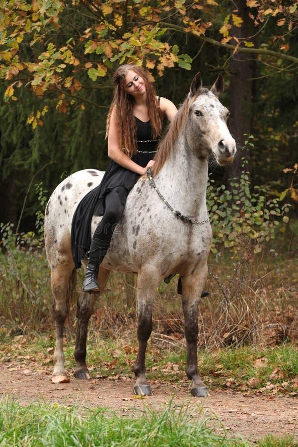 Härlig flicka som rider en häst utan tygeln eller sadeln royaltyfri bild