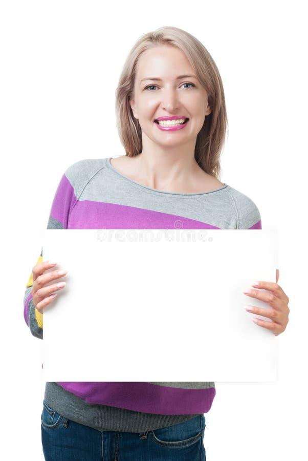 Härlig flicka som rymmer en vit platta isolerad på vit backgroun royaltyfria foton