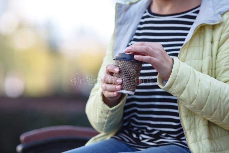 Härlig flicka som rymmer ett exponeringsglas med kaffe arkivbilder