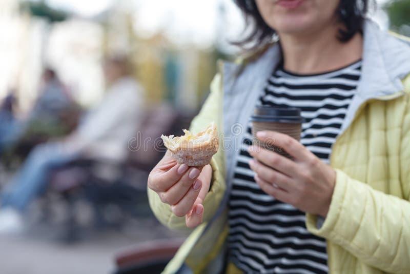 Härlig flicka som rymmer ett exponeringsglas med kaffe royaltyfria bilder