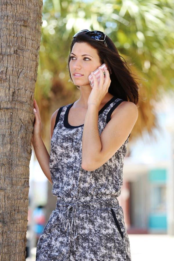 Härlig flicka som talar på telefonen i gatan royaltyfri bild