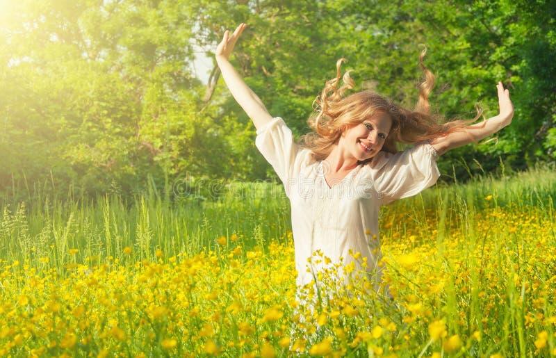 Härlig flicka som tycker om sommarsunen arkivfoto
