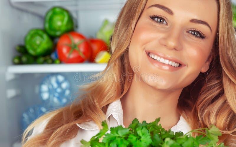 Härlig flicka som tycker om sund näring arkivfoto
