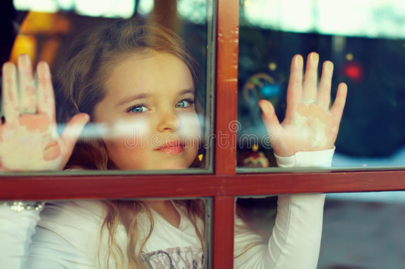 härlig flicka som ut ser fönstret royaltyfria bilder