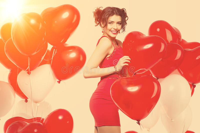 Härlig flicka, stilfull modemodell med ballonger i formen royaltyfri foto