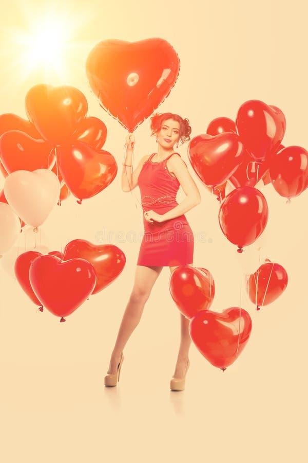 Härlig flicka, stilfull modemodell med ballonger i formen arkivfoton