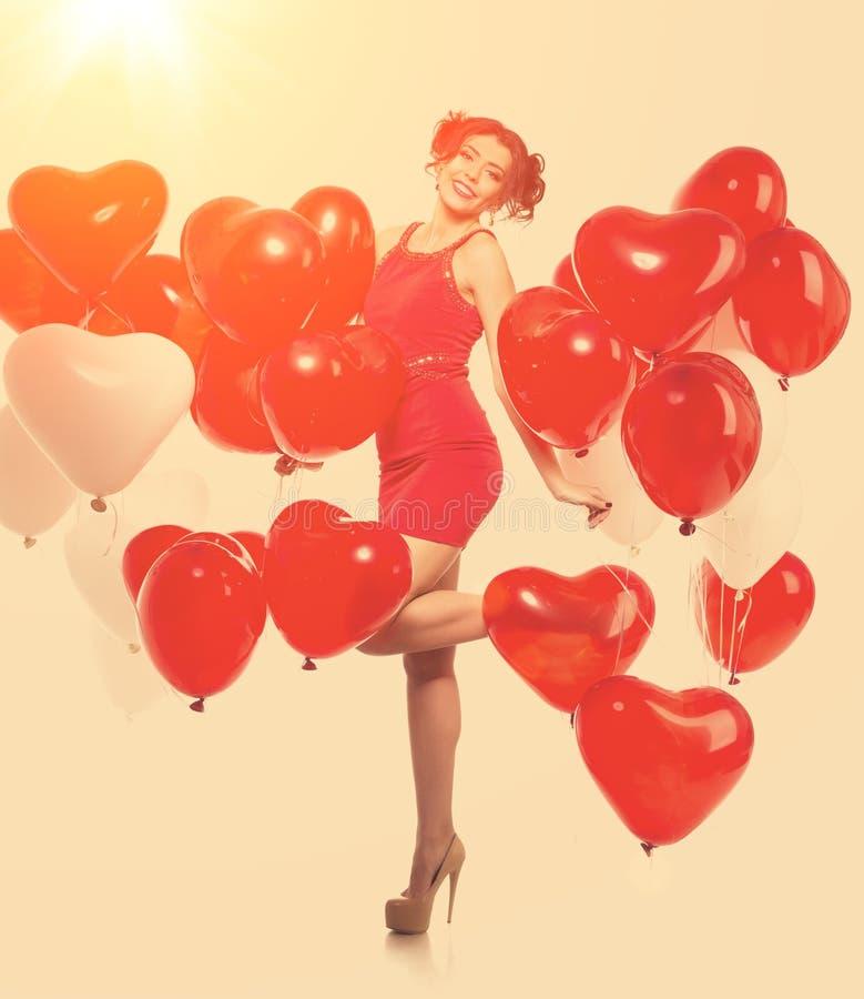 Härlig flicka, stilfull modemodell med ballonger i formen fotografering för bildbyråer