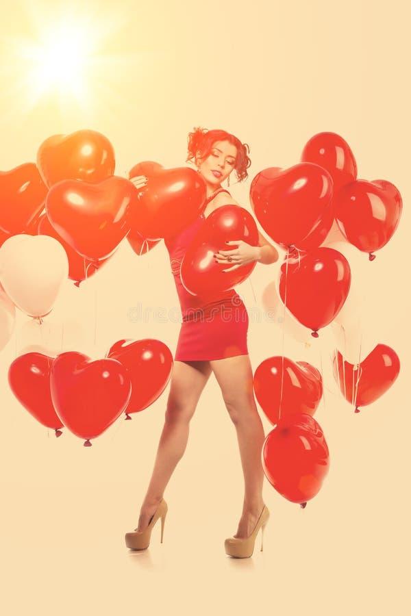 Härlig flicka, stilfull modemodell med ballonger i formen royaltyfri fotografi