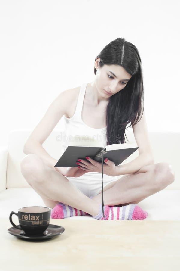 härlig flickaavläsning arkivbilder