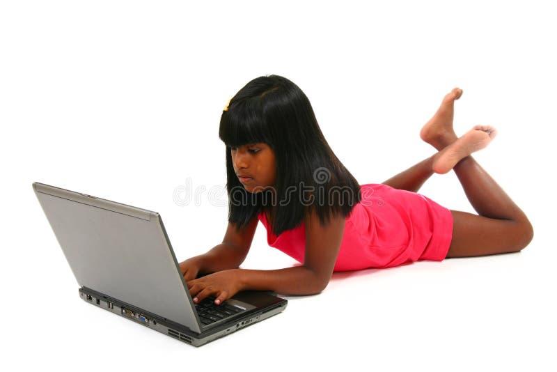 härlig flickabärbar dator arkivfoton