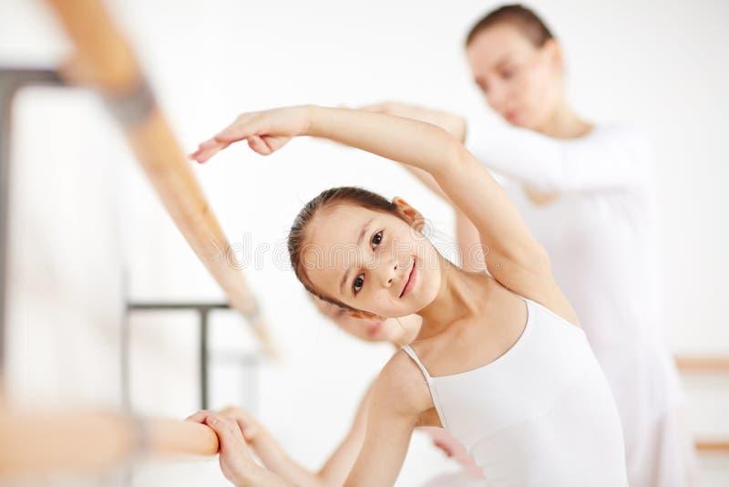Härlig flickadanandeposition i dansskola royaltyfri fotografi