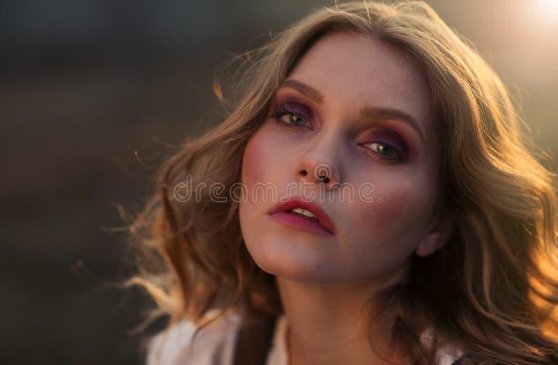 Härlig flickaframsida i solen fotografering för bildbyråer