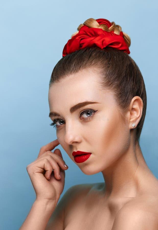 H?rlig flickaframsida, ideal hud arkivbild