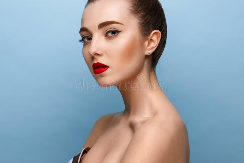 H?rlig flickaframsida, ideal hud arkivbilder