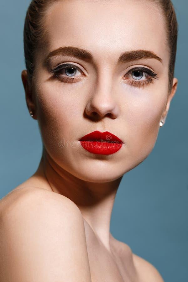 Härlig flickaframsida, ideal hud royaltyfri foto