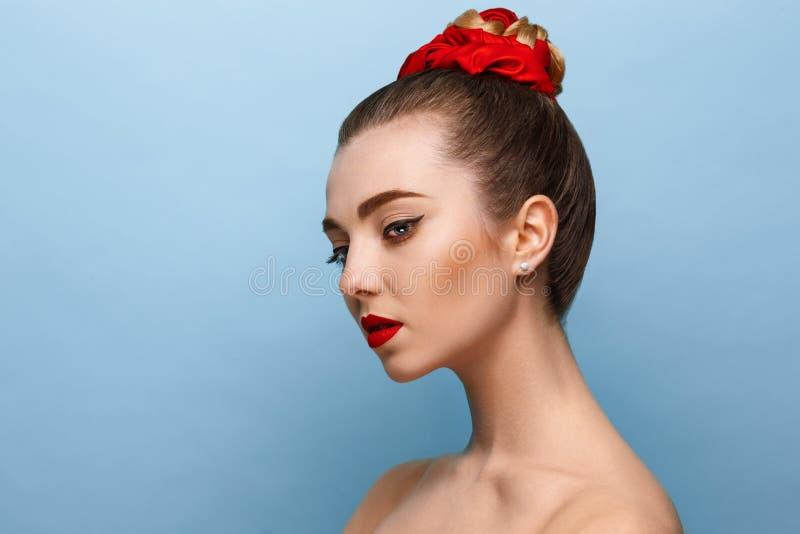 Härlig flickaframsida, ideal hud royaltyfria foton