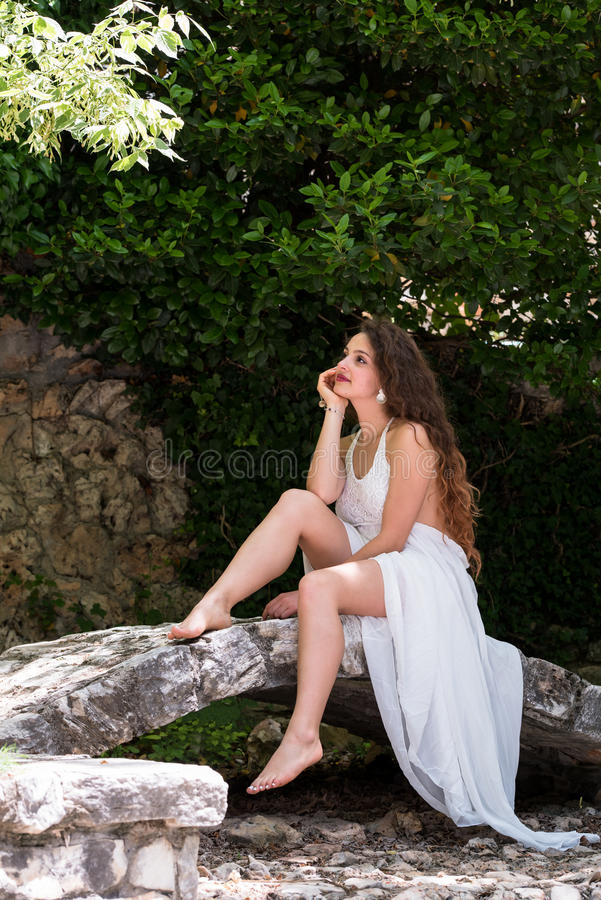 Härlig flickakläderklänning som en brud royaltyfri fotografi