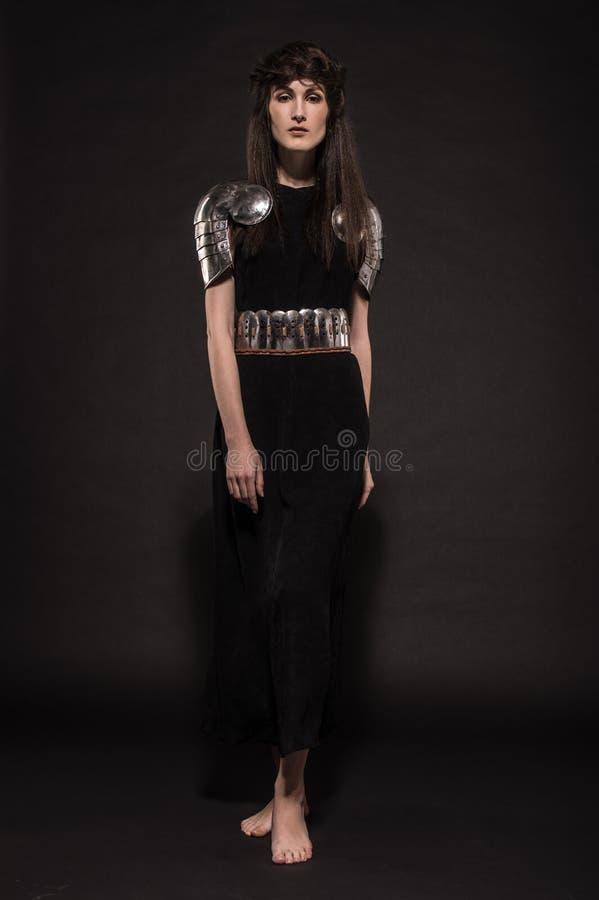 Härlig flickakrigare i medeltida kläder arkivfoto